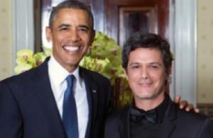 Obama y Alejandro Sanz sonrien